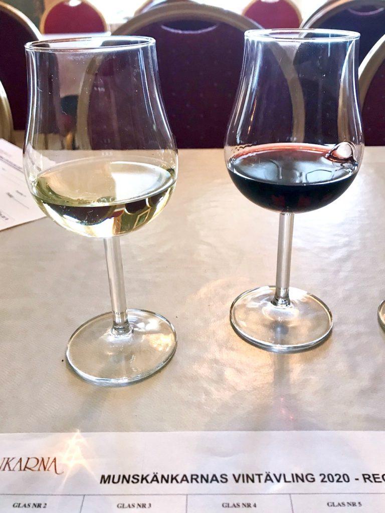 Rött och vitt vin i glas